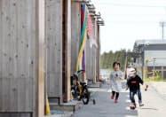 仮設住宅内で遊ぶ子どもたち(13日、熊本県益城町)
