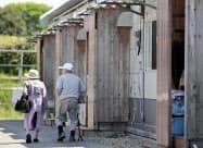 仮設住宅内を歩く人たち(13日、熊本県益城町)
