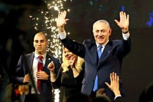 総選挙後、有権者から祝福を受けるイスラエルのネタニヤフ首相(10日、テルアビブ)=ロイター