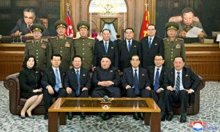 記念写真に納まる北朝鮮の金正恩委員長(前列中央)ら=12日、平壌(朝鮮中央通信=共同)