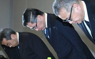 記者会見で謝罪するスズキの鈴木俊宏社長(中)(12日、東京都港区)
