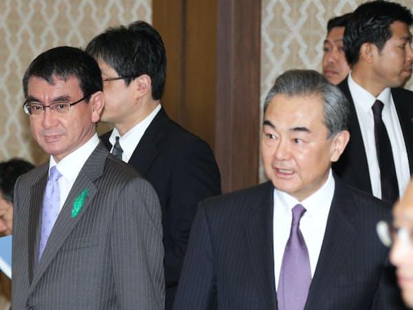 2018年4月16日、都内の飯倉公館で開催されたハイレベル経済対話。左から河野外相と中国の王毅外相