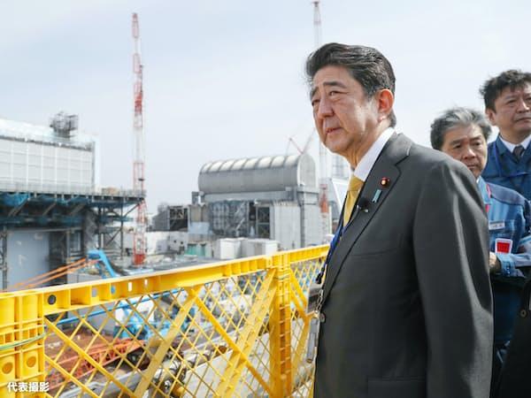 東京電力福島第1原発構内を視察する安倍首相。(左から)2号機と3号機が見える(14日、福島県大熊町)=代表撮影