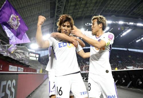 神戸―広島 後半、勝ち越しゴールを決め、大喜びの広島・渡。右は柏(14日、ノエスタ)=共同