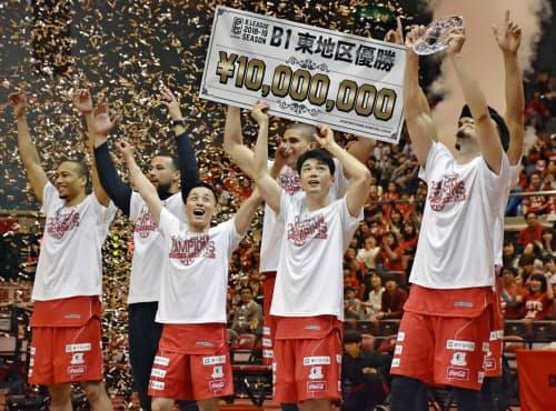 東地区2連覇を決め、喜ぶ富樫(左から3人目)ら千葉の選手(14日、船橋市総合体育館)=共同