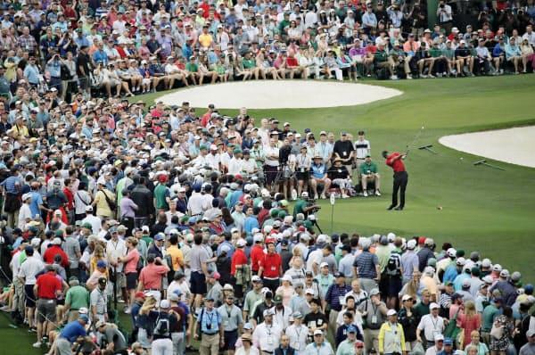 最終ラウンド、3番で大観衆が見つめる中、ティーショットを放つ=ロイター