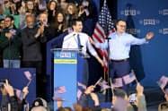 14日、ブティジェッジ氏(左)は大統領選出馬を正式表明した集会で婚姻関係にあるパートナーと壇上にあがり、支持者の声援に応えた(インディアナ州)=ロイター