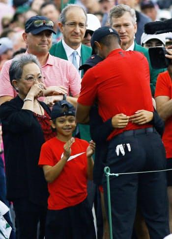 最終ラウンド、逆転で優勝を決め、家族と喜ぶタイガー・ウッズ(右手前)=共同