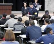 宿泊業界への外国人労働者の受け入れ拡大に向け、国内で初めて実施された新たな在留資格「特定技能」の試験の受験者ら(14日午後、東京・霞が関)=共同