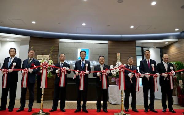 新しい東京支店は共用のエントランスを備える(東京・中央)
