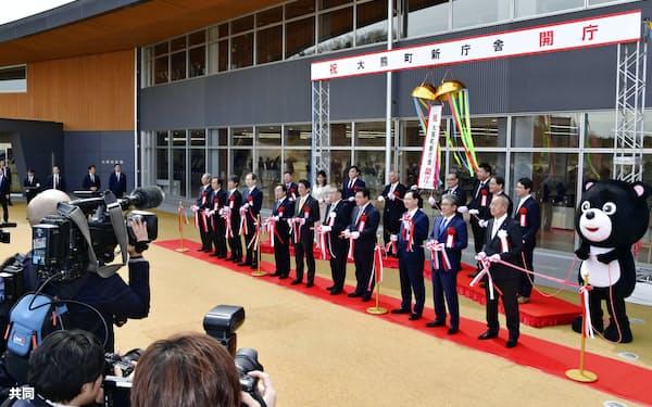 福島県大熊町の新しい役場庁舎の開庁式で行われたテープカット(14日)=共同