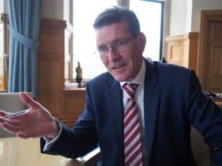 ロンドンデリー市長は英議会の対応にフラストレーションを感じると指摘する