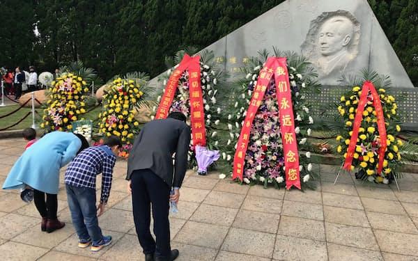 胡耀邦氏の墓を訪れる人はいまも少なくない(江西省共青城市)