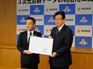 3次元点群データの相互利用協定を結んだ静岡県の川勝知事(右)と東急の高橋社長