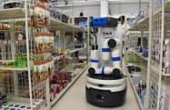 産総研の「サイバーフィジカルシステム研究棟」ではコンビニの模擬施設などを設け、AI用の学習データを取得する(15日、東京・江東)