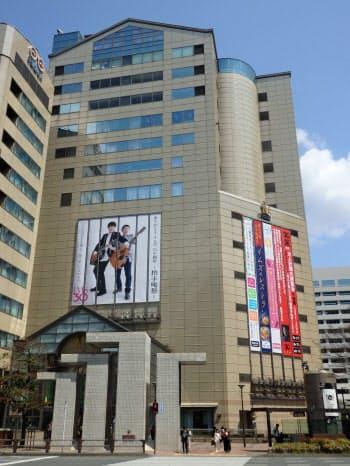 今までにない商業施設を目指し、外壁には金色の有田焼のタイルを施した(福岡市)