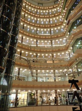 地上8階までの吹き抜け空間をカプセル型エレベーターが往来する館内