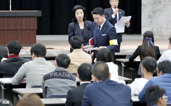 宿泊業界への外国人労働者の受け入れ拡大に向け、国内で初めて実施された新たな在留資格「特定技能」の試験の受験者ら(4月14日、東京・霞が関)=共同