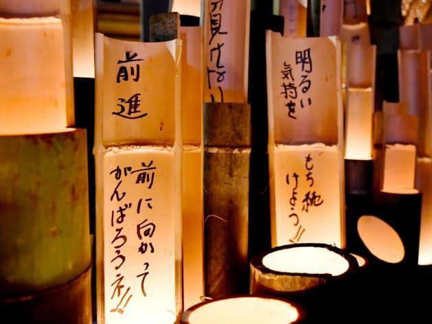 犠牲者を悼み灯がともされた竹灯籠(14日、熊本県益城町の木山仮設団地)