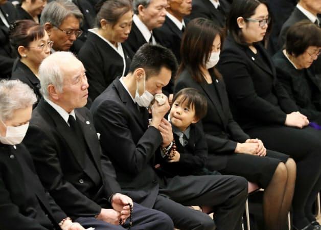 熊本地震犠牲者追悼式で涙をぬぐう遺族(14日、熊本県庁)