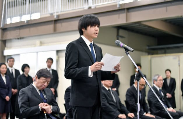東海大阿蘇キャンパスで行われた追悼式で追悼の言葉を述べる学生代表の津田航士郎さん(14日、熊本県南阿蘇村)