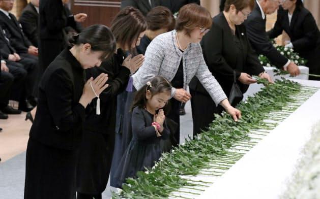 献花する遺族(14日、熊本県庁)