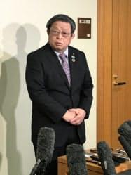 政治資金問題について記者の質問に答える堺市の竹山修身市長(15日)