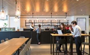 会員がくつろげるよう、カフェを併設するシェアオフィスも(IWGが運営する「スペーシズJPタワー名古屋」)