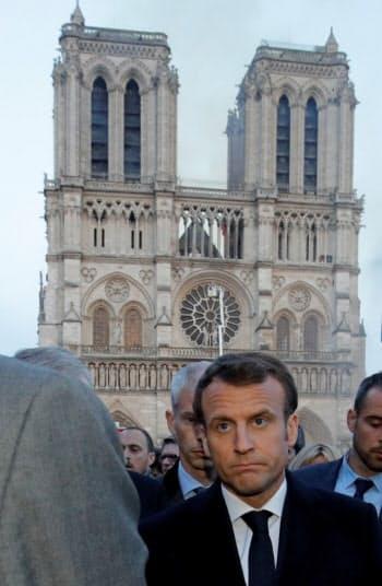 マクロン仏大統領が現場を訪れた=ロイター
