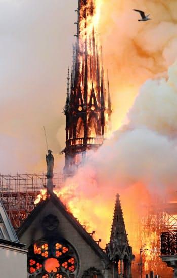 炎に包まれる尖塔=ロイター
