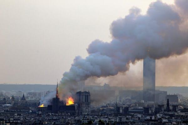 煙に包まれたパリの街=AP