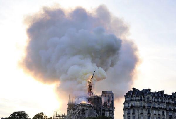ノートルダム寺院から立ち上る炎と煙=AP