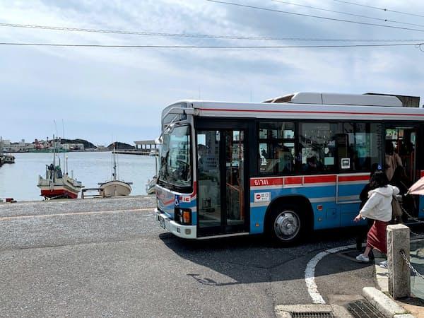 バスのフリー乗車券などを使い周遊を促す(三浦市の三崎港)