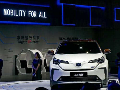 トヨタはSUV「C-HR」「イゾア」のEVを発表した(16日、中国・上海市)