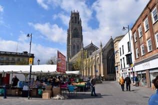 町のシンボル、聖ボトルフ教会の前では青空市場が開かれる(13日、ボストン)
