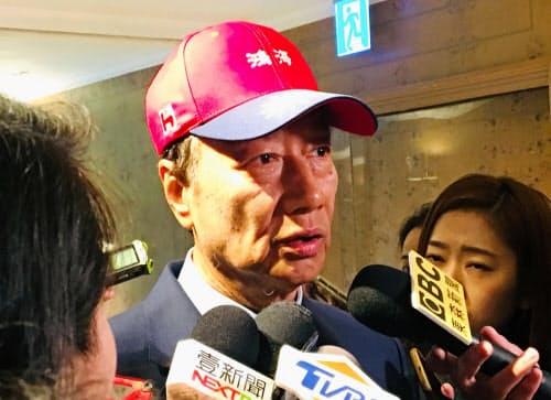 台湾総統選への出馬を検討していることを報道陣に明らかにした鴻海精密工業の郭台銘会長(16日、台北)=中央通信社・共同