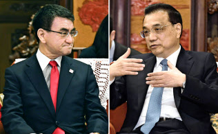 会談する中国の李克強首相(写真右)と河野外相(15日、北京の中南海)=共同