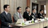 神戸市の中3女子生徒が自殺した問題で、報告書の内容を説明する市の第三者委員会(16日午前、神戸市役所)=共同