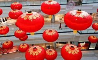 中国のショッピングモールにかかる灯籠。中国の昨年の経済成長率はほぼ30年ぶりの低水準だった=ロイター