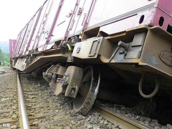 JR函館線大沼駅で脱線した貨物列車(2013年9月、運輸安全委員会提供)=共同