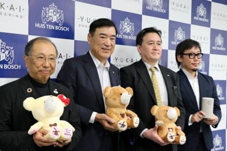 HTBの沢田秀雄社長(左から2番目)はロボット販売を事業の柱に育成する方針を明らかにした(16日、東京都新宿区)