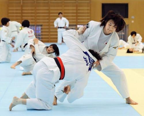 強化合宿で練習する新井千鶴=右(16日、味の素ナショナルトレーニングセンター)=共同