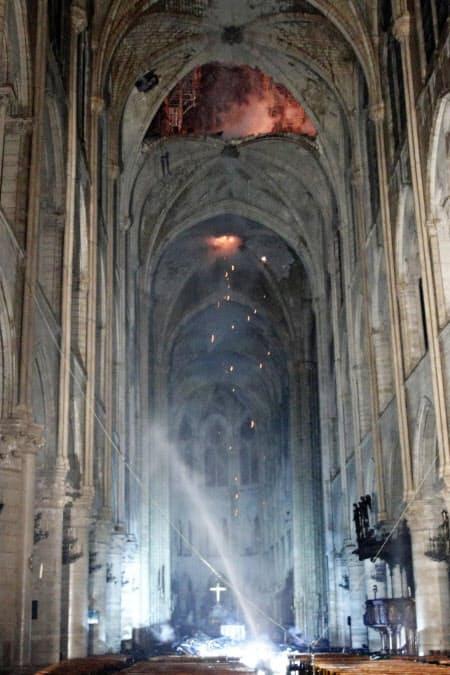 15日、火災が発生したパリのノートルダム大聖堂の内部の様子(EPA時事)