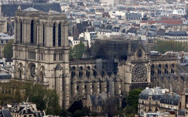 16日、近くの高層ビルから撮影したパリのノートルダム寺院=AP