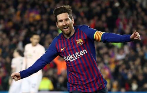 2点目のゴールを決め、喜ぶメッシ(16日、バルセロナ)=ロイター