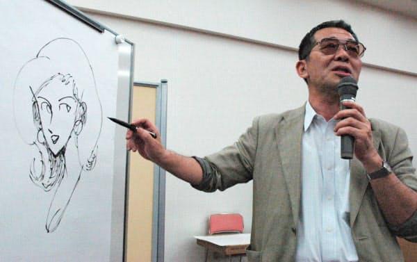 2004年6月、シンポジウムで「ルパン三世」の峰不二子を描くモンキー・パンチさん=共同