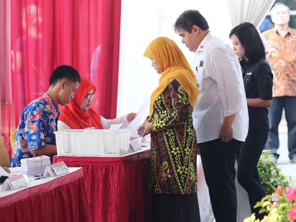 インドネシア大統領選の投票所に並ぶ有権者ら(17日午前、ジャカルタ)=三村幸作撮影