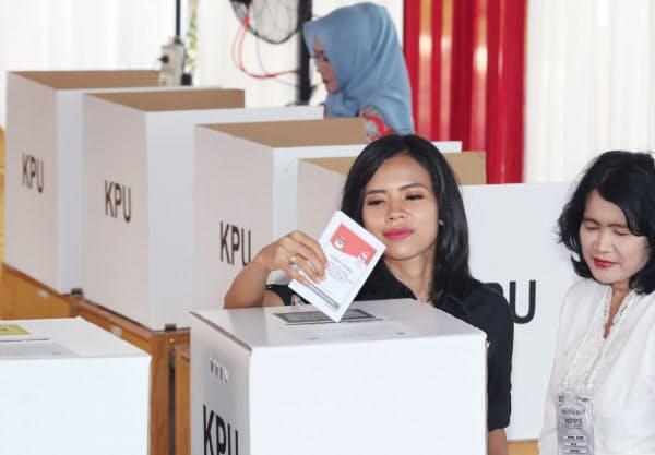 インドネシア大統領選で投票する有権者ら(17日午前、ジャカルタ)=三村幸作撮影