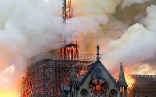 大規模火災でノートルダム寺院の尖塔や屋根は焼け落ちた(15日、パリ)=ロイター