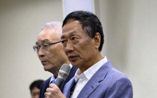 台湾総統選出馬に向け、野党国民党の予備選に参加すると表明する鴻海の郭台銘董事長(17日、台北市内の国民党本部)